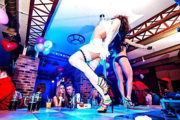 Очень красивыми известные люди в стриптиз клубе смотреть онлайн фото секс без